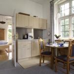Wohnzimmer mit Küche und Blick in's Schlafzimmer